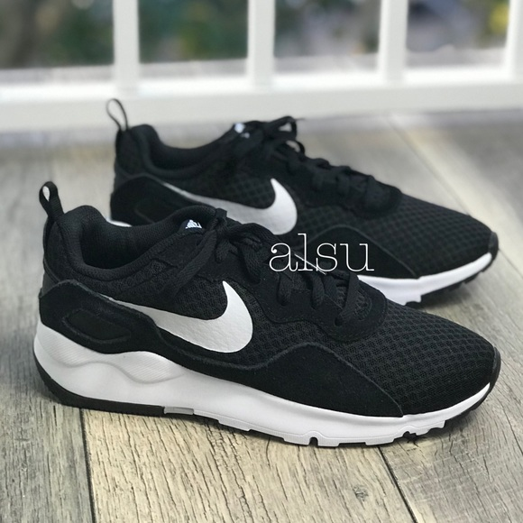 new style d3a96 cb18a NWT Nike LD Runner LW Black WMNS. M 5bea205404e33df6dbbdf1f8